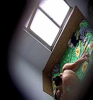 偷偷在大哥傢的臥室裝個針孔攝像機偷拍他的嫂子過夫妻生活720P高清