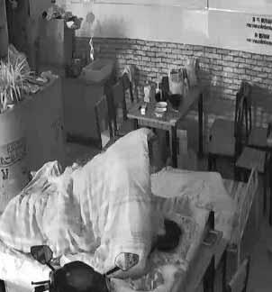 網絡攝像頭監控偷拍小飯店打佯後老板和媳婦在店裡操逼用力過猛把小床弄塌瞭在餐臺上搞