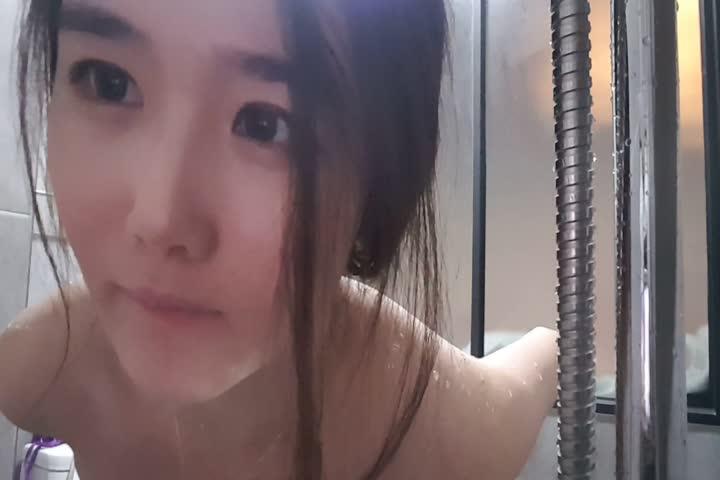 奶子非常漂亮的高颜值韩国美眉浴室自慰呻吟下面的毛毛浓密性感